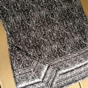Women's 1X Black &White Feather Prinnt skirt